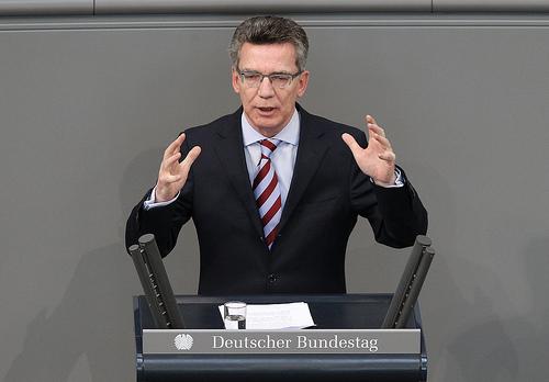 Verteidigungsminister Thomas de Maizière spricht im Bundestag über den von AWACS-Flugzeugen der Bundeswehr in Afghanistan. (Quelle: Bundeswehr/CC BY-ND 2.0)
