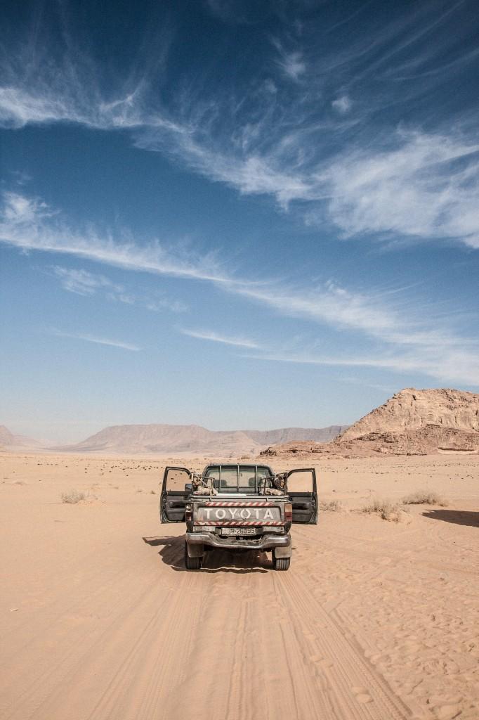 2012 12 30 13.18.44 Japanisches Kamel Wüste Wadi Rum toyota landschaft jordanien fotografie car 21 mm 21 Millimeters