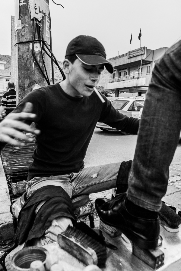 2013 04 11 17.43.30 Get rhythm   Schuhputzer im Irak street portrait street photography shoeshine boy Mittlerer Osten   Naher Osten iraq dohuk black and white