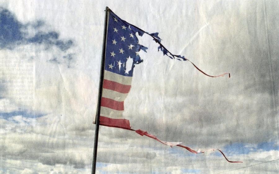 Anonymous Torn US flag 2010 Selbstzerstörung im Autopilot   5 Zeichen, dass die US Macht gerade implodiert usa syrien supermacht infrastruktur frankreich Europa deutschland außenpolitik asia pivot ägypten abstieg