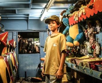 Ein Junge auf dem Nachtmarkt von DarwinA boy at the night market in Darwin
